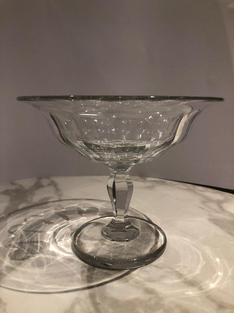 Coupe en cristal clair sur pied. H: 15 cm, diamètre: 18,5 cm.