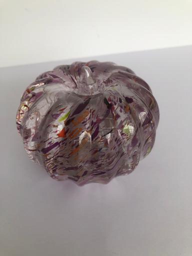 Citrouille décorative du Studio Cristal VSL, cristal clair avec incrustations mauves et autres couleurs. H: 8,5 cm x 8 cm de diamètre. Travail contemporain.