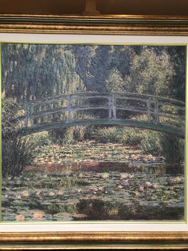 Japanese footbridge and water lily pool, Giverny of Claude Monet. Copie Artagraph certifiée, faite par un processus 3D, huile sur toile. Encadré dans un cadre or et vert. Dim: 84 x 87 cm.