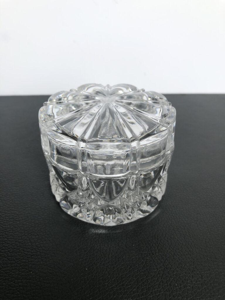 Boîte à poudre Valembert, de la ligne Luxval, en clair. H: 6 cm, Diamètre: 7,5 cm. Signée dans la masse. Etat: impeccable..