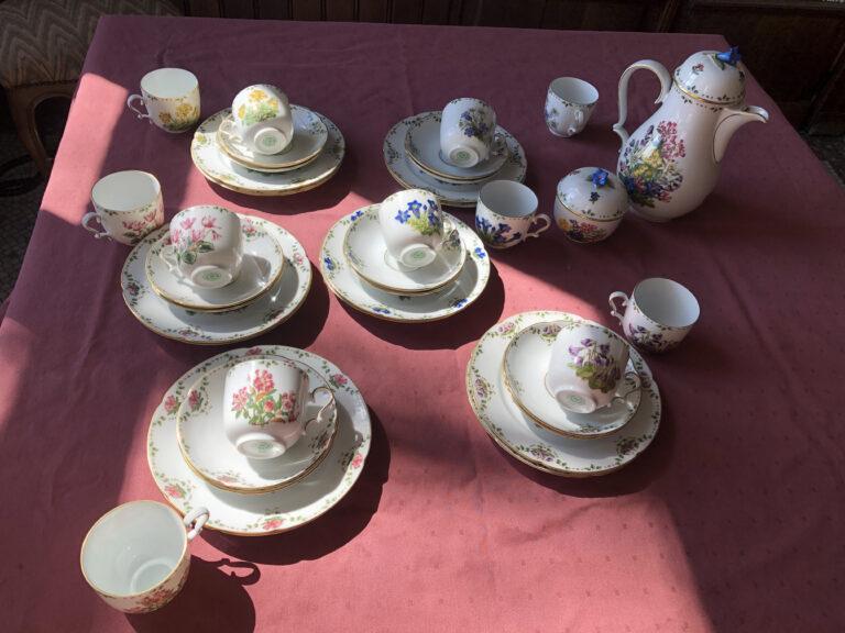 """Service à café """" Les fleurs des Alpes"""" pour 12 personnes. Cafetière, sucrier, pot-à-lait, assiettes à dessert, tasses et sous – tasses. Porcelaine fine, peinte et dorée. Travail d'une grande finesse, contemporain."""