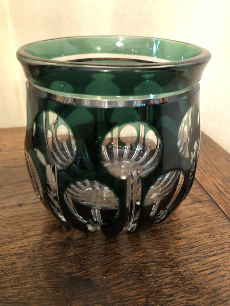 Vase en cristal clair, doublé vert, gravé de motifs circulaires. Val-Saint-lambert, époque Art Déco. H: 13 cm.